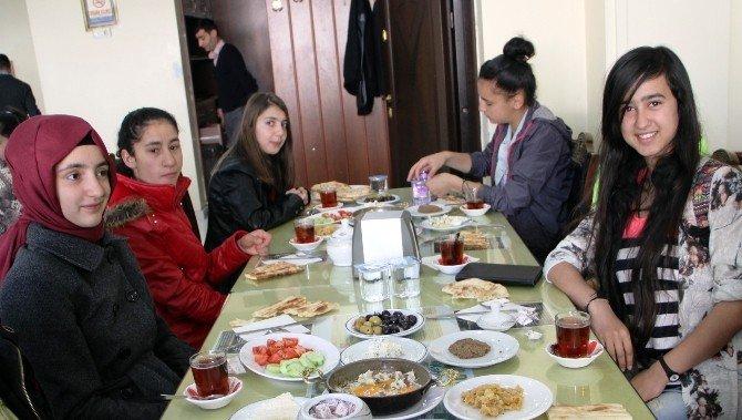 Vanlı Müdür Yüksekovalı Öğrencileri Bağrına Bastı