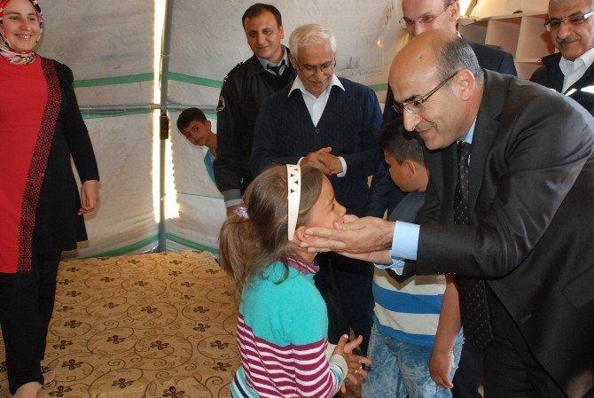 Adıyaman Valisi Demirtaş, Çadır Kentteki Mültecileri Ziyaret Etti