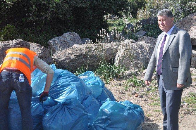 Ayvacık Sahillerinde Sığınmacılardan Geri Kalan Çöpler Temizleniyor