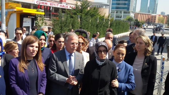 AK Partili kadın vekiller Kılıçdaroğlu'na tepki için CHP'ye siyah çelenk bıraktı