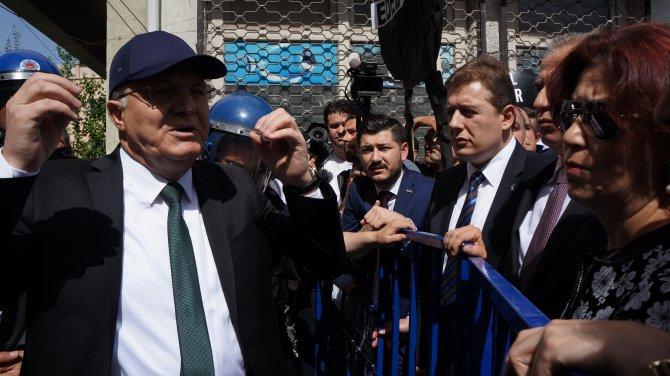 Denizli'de AK Parti'liler ile CHP'liler arasında çelenk koyma gerginliği yaşandı