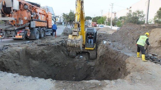 Burhaniye'de Asfaltta Dev Çukur Oluştu