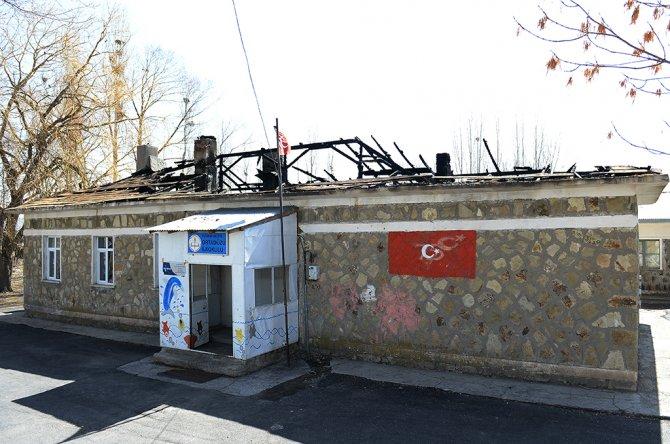 Vali Altıparmak, çatısı yanan köy okulunda incelemede bulundu