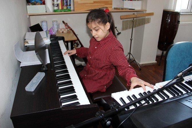 Görme Engelli Minik Piyano Virtüözü