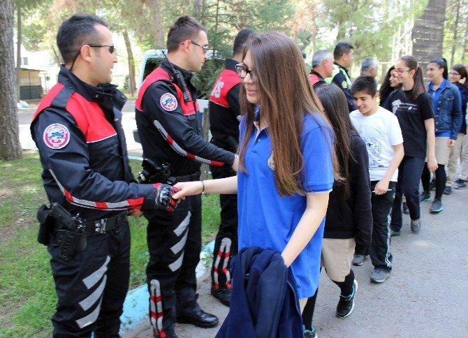 Öğrenciler Polise Moral Verdi