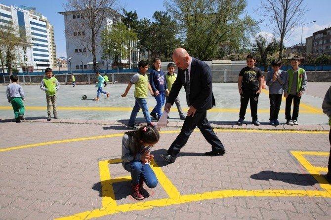 Çolakbayrakdar Çocuklarla Mendil Kapmaca Oynadı