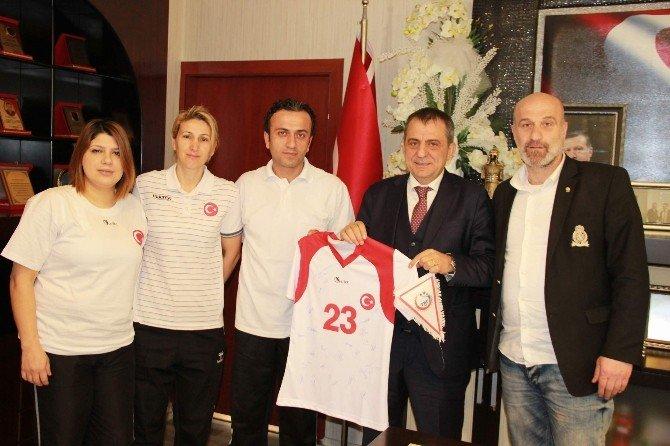 U17 Bayan Hentbol Milli Takımı'ndan Başkan Sağıroğlu'na Ziyaret