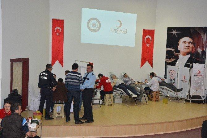 Polisten Kızılay'a Kan