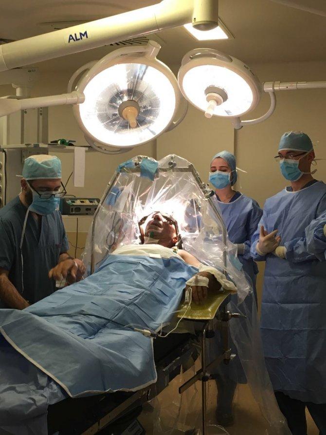 Parkinson hastasına uyanıkken beyin pili takıldı