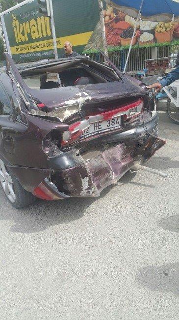Otomobil İle Kamyonet Çarpıştı