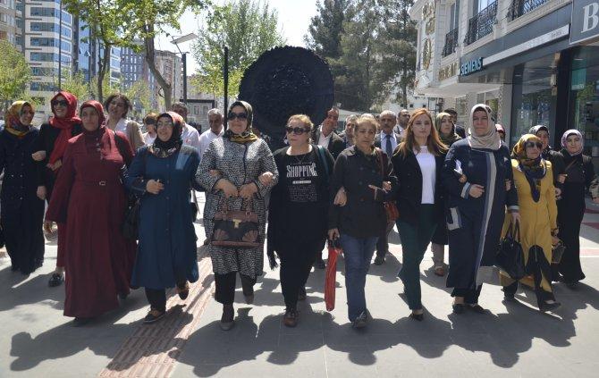 AK Partililer CHP İl Başkanlığı binasının önüne siyah çelenk bıraktı