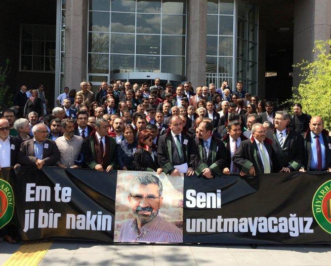 Avukatlar, Tahir Elçi için Ankara Adliyesi önünde oturma eylemi yaptı