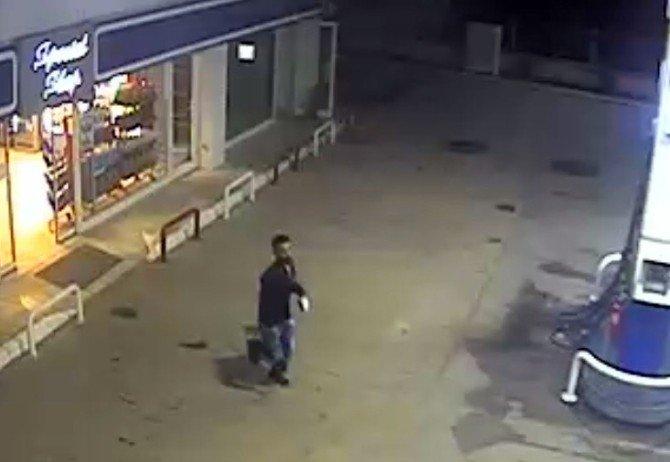 Benzin İstasyonundaki Bıçaklı Soygun Kameraya Böyle Yansıdı