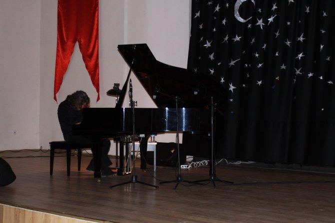 Ünlü piyanist Tuluyhan Uğurlu sanatseverlerle buluştu