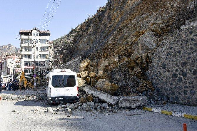 Gümüşhane'de Kayalar Park Halindeki Aracın Üzerine Düştü