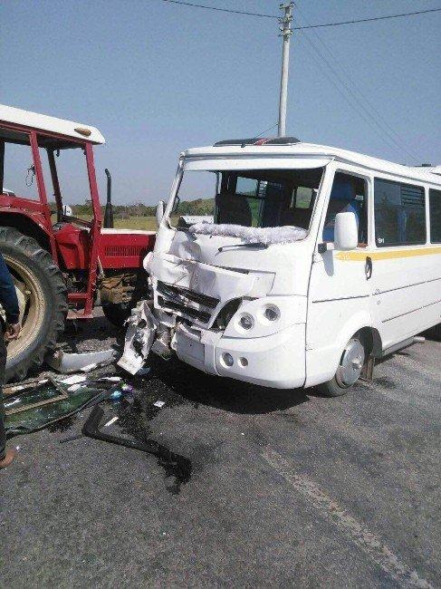 İzmir'de Faciadan Dönüldü: 21'i Öğrenci 24 Yaralı
