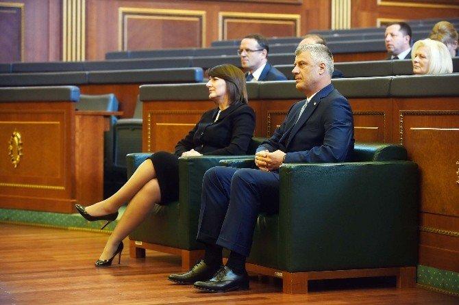 Kosova'nın 5. Cumhurbaşkanı Yemin Etti, Muhalefet Meclis Camını Kırdı