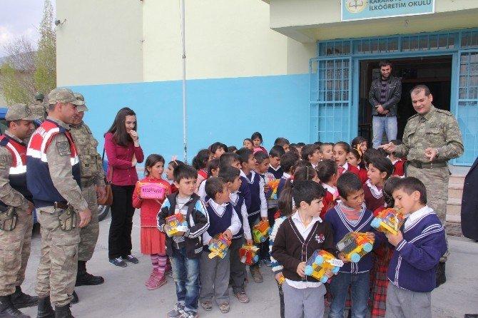 Mehmetçik'ten Köy Çocuklarına Oyuncak