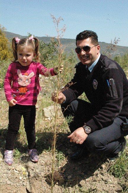 Minikler Polislerle Beraber Ağaç Dikti