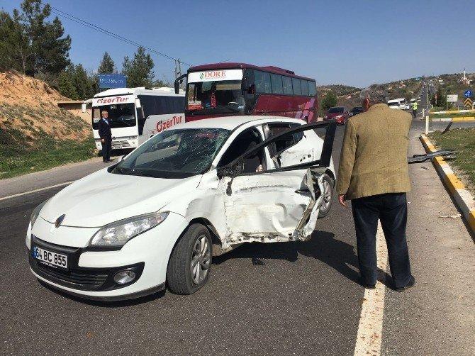 Uşak'ta Kaza, Otomobille Çarpışan Midibüs Yoldan Çıktı