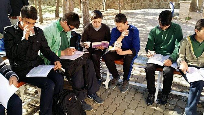 'Kitabını al da gel' projesi ile öğrencilere semaverde çay keyfi