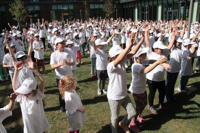300 Çocuk Dans Ederek Spor Yaptı
