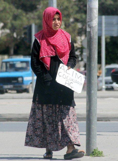 """Suriyeli Kadınlardan """"Dövizli"""" Dilenme"""