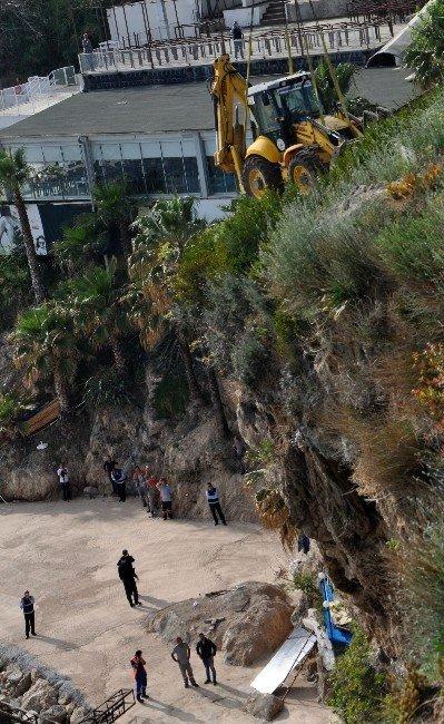 Plaj 400 Tonluk Vinç Yardımı İle Yıkıldı