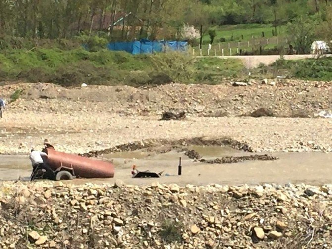 Bartın'da Traktör Sulara Gömüldü