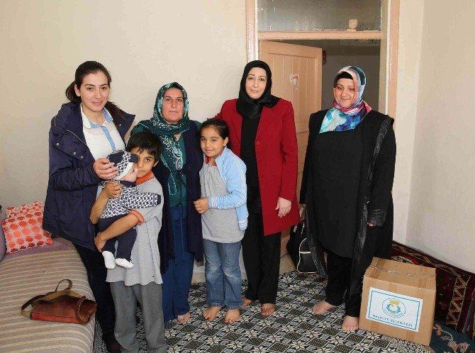 Adile Demirkol, İhtiyaç Sahibi Ailelerin Yanında Oluyor