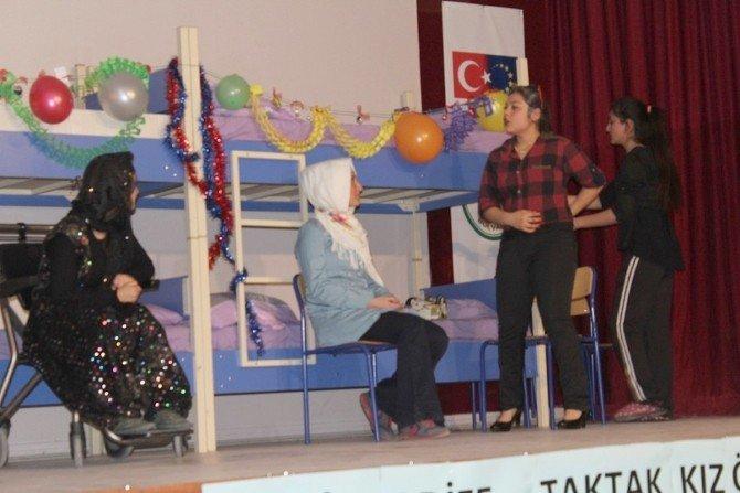 """Bolvadin'de Sergilenen """"Suskun Kadınlar Koğuşu """" Adlı Tiyatro Oyunu Büyük İlgi Gördü"""