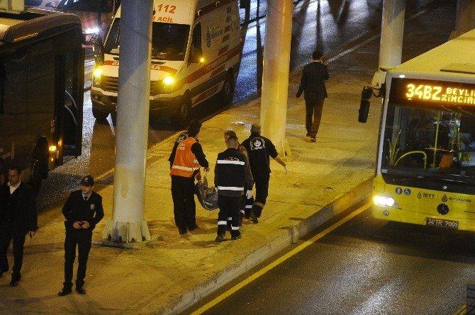 Zabıtalardan Korkup Yola Fırladı, Metrobüsün Altında Kaldı