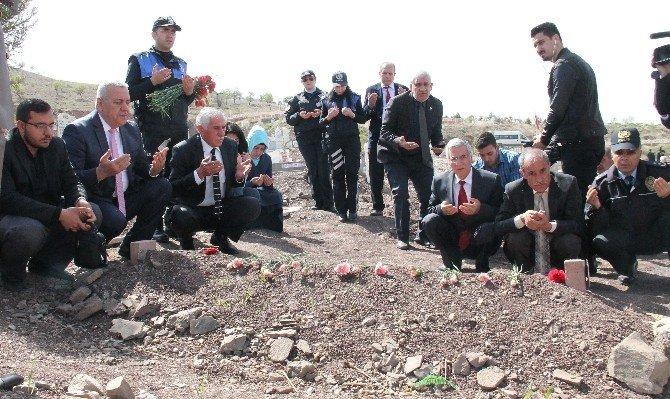 Şehit Polislerin Kabirlerine Karanfil Bırakılıp, Dua Edildi