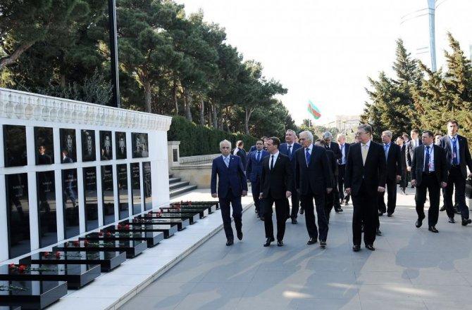 Medvedev, Şehitler Hıyabanı'nı ziyaret etti