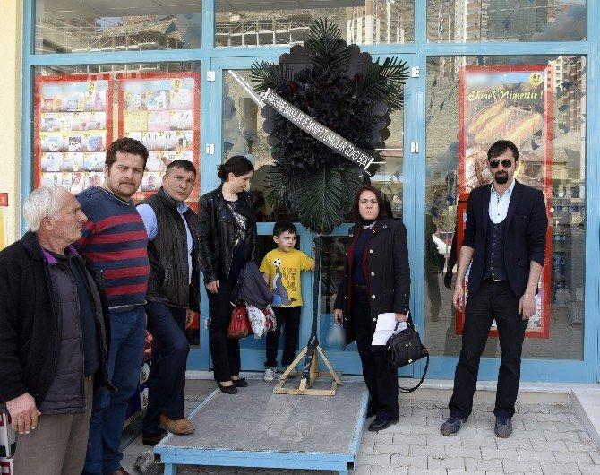 Gümüşhane'de Ulusal Market Kapısına Siyah Çelenk