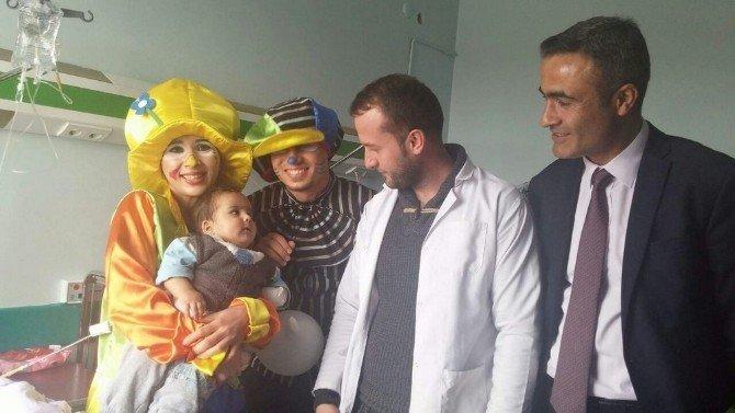 Hasta Çocuklar Palyaço İle Eğlendi