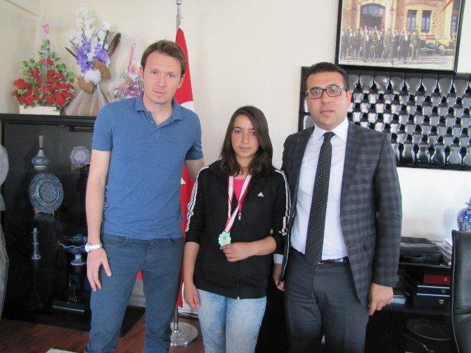 Kaymakam Bayraktar Türkiye Şampiyonu Tenisçi Öğrenciyi Kabul Etti