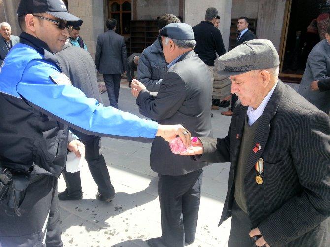 Kars'ta şehit polisler için mevlit okundu lokum dağıtıldı