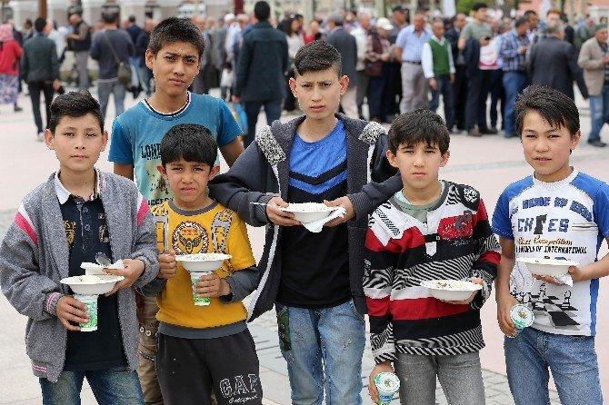 Diyanet Vakfı'ndan Hacı Bayram Camii'nde Kutlu Doğum Aşı İkramı