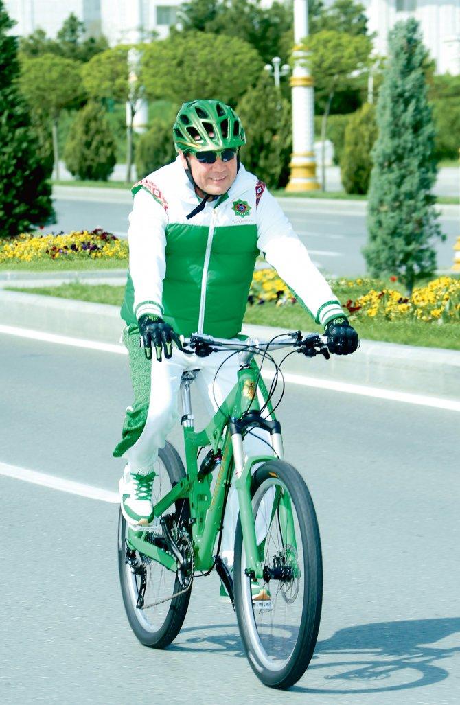 Berdimuhamedov, Dünya Sağlık Günü'nde pedal çevirdi