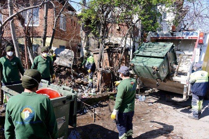 Tuzla'daki Çöp Evden 8 Kamyon Çöp Çıktı