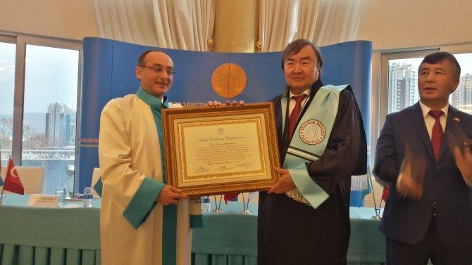 Yıldırım Beyazıt'tan yaşayan ünlü Kazak şair Oljas Süleymenov'a Fahri Doktora