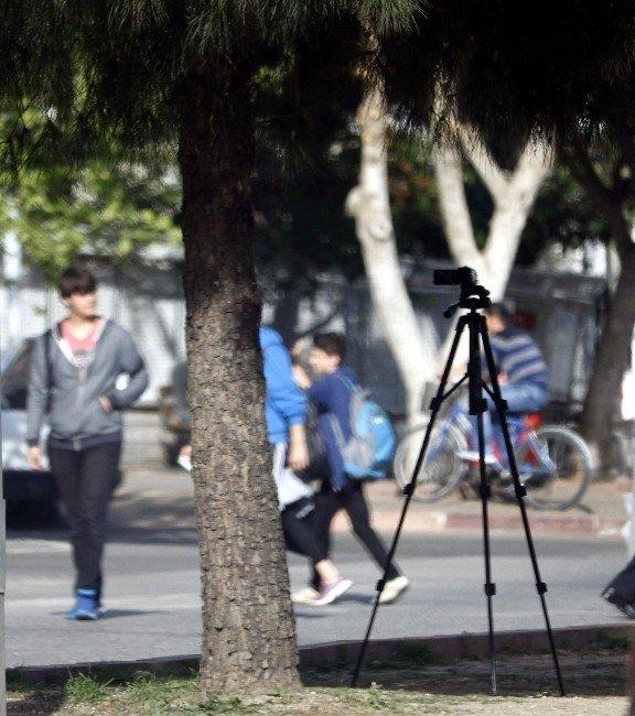 Kayıt Yapar Halde Refüjde Bırakılan Kamera Polisi Alarma Geçirdi