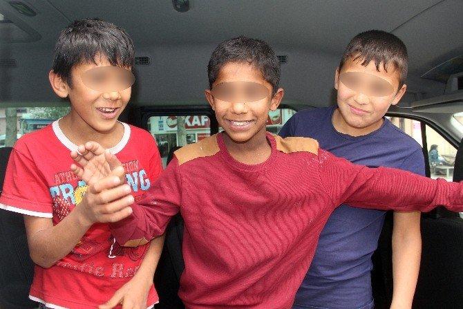Mendilci Çocuklar Buldukları Parayla Bisiklet Aldı, Kebap Yedi