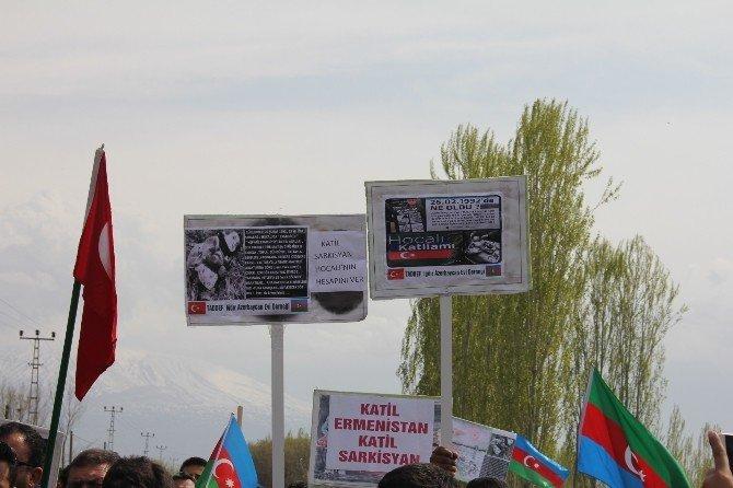 Iğdırlılar Azerbaycan'a Destek İçin Ermenistan Sınırına Yürüdü