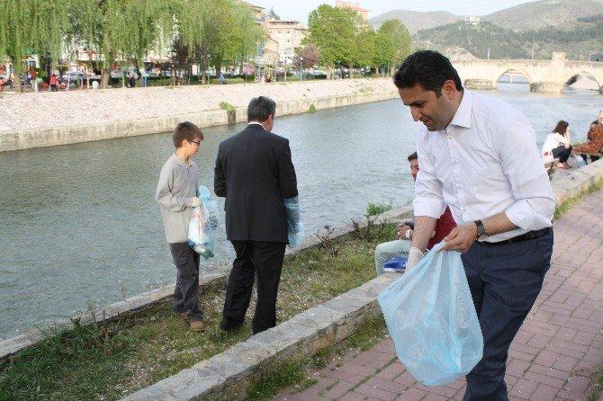 Başkan Kravatını Çıkardı, Çöp Topladı