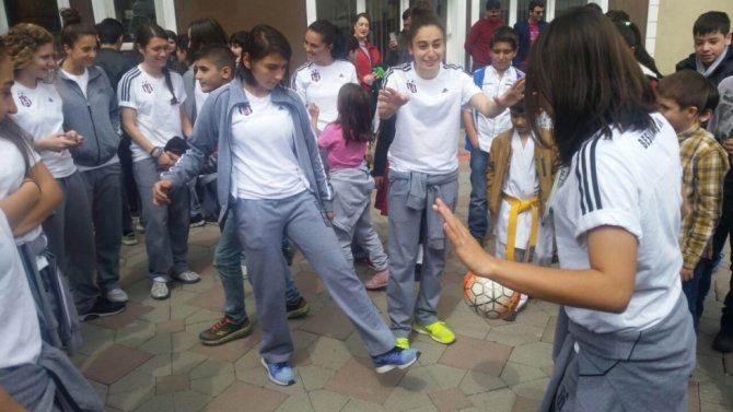 Beşiktaş Kadın Futbol Takımı'na Ağrı'da çiçekli karşılama