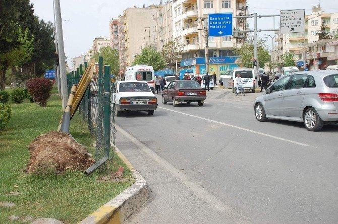 Hafif Ticari Araç Yön Levhasına Çarptı: 6 Yaralı