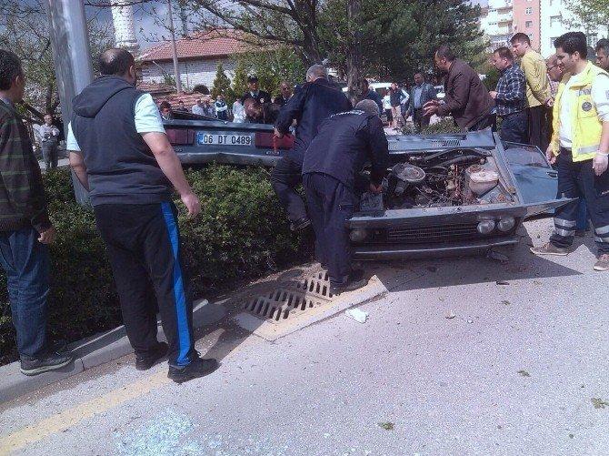 Başkent'te Ağaca Çarpan Otomobil İkiye Bölündü