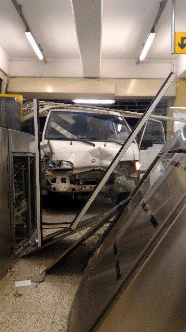 Bursa'da Hızını Alamayan Kamyonet Metro Durağına Daldı